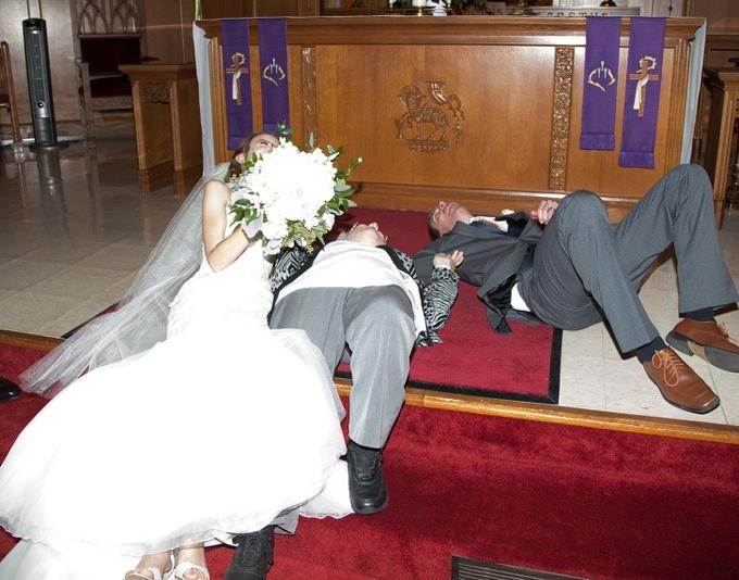 Bà của chú rể bỗng té ngã khi chụp ảnh. Cùng lúc đó, cô dâu, chú rể cũng ngã lăn ra sànkhi cố gắng giúp bà đứng vững.