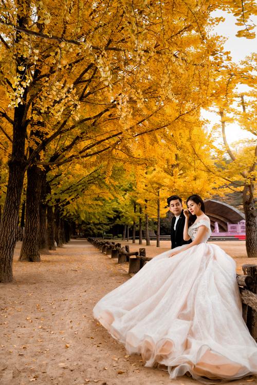 Nhiều năm kết hôn, uyên ương vẫn giữ được tình cảm yêu thương như ngày đầu, trao nhau những ánh nhìn ấm áp trong bộ ảnh kỷ niệm.
