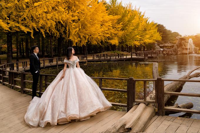 Vẻ đẹp hoang sơ của thiên nhiên giúp làm nổi bật chủ thể là vợ chồng Vân Trang.