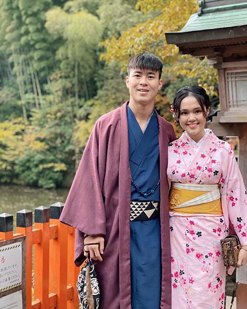 Cầu thủ Duy Mạnh và bạn gái Quỳnh Anh diện trang phục truyền thống của Nhật Bản.