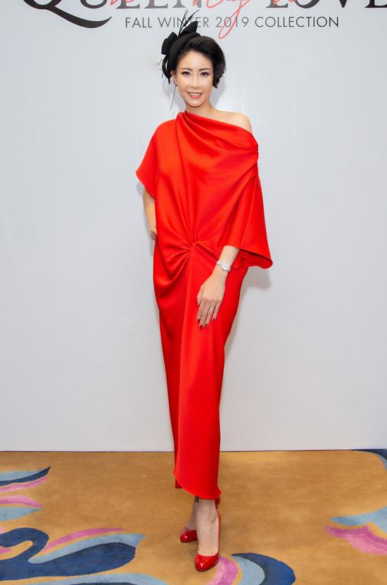 Hoa hậu Hà Kiều Anh nổi bật với váy lụa tông đỏ tươi. Mũ đội đầu theo phong cách quý tộc cũng là phụ kiện được người đẹp chọn để mix đồ.