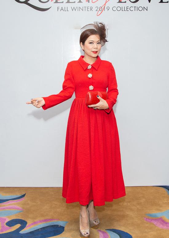 Ca sĩ Mỹ Lệ diện đầm cổ sơ mi theo đúng phong cách vintage.