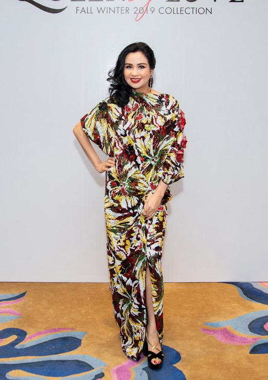 Ca sĩ Thanh Lam chọn váy sequins đa sắc, mẫu thiết kế mới nhất của Vũ Ngọc và Son để chưng diện.