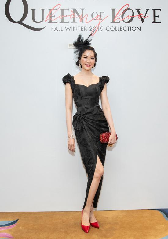 Người đẹp Thanh Mai khoe vòng eo thon gọn với mẫu váy xẻ được cắt may và tạo phom tinh tế.