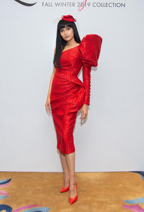 Trương Thị May giúp mình ấn tượng hơn với thiết kế váy bất đối xứng, tạo khối cầu kỳ cho cầu vai.