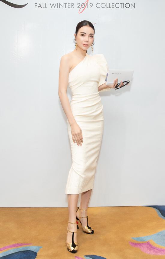 Trà Ngọc Hằng gợi cảm và thanh lịch với thiết kế váy trắng ôm sát eo.