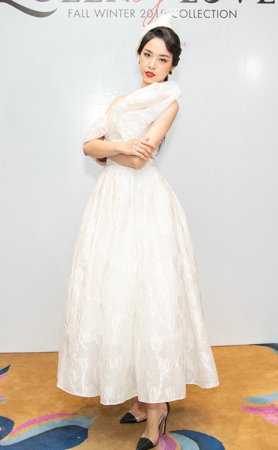 Á hậu Thúy An diện đầm xòe cổ điển, người đẹp phối thêm mũ công nương để tăng sự quý phái.