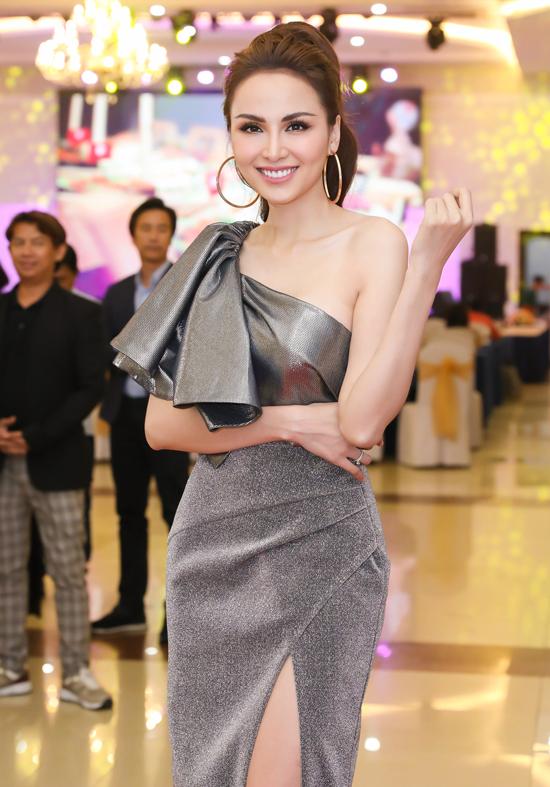 Hoa hậu Thế giới người Việt 2010 Lưu Diễm Hương diện thiết kế cùng màu, kiểu dáng tương tựváy của Anh Thư.