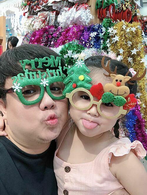 Gia Bảo pose hình cùng con gái trong không khí Noel đến dần.