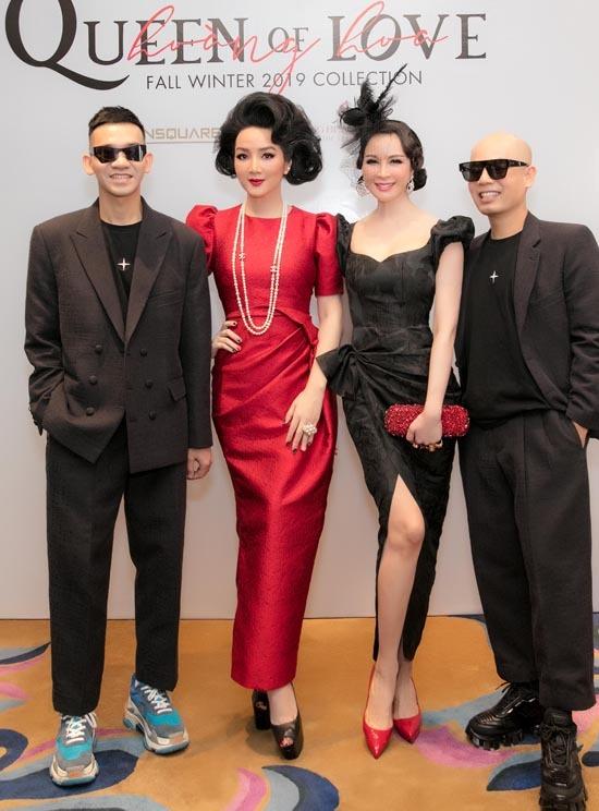 Hai nhà thiết kế Vũ Ngọc và Son chụp ảnh kỷ niệm cùng Giáng My (váy đỏ), Thanh Mai (váy đen).