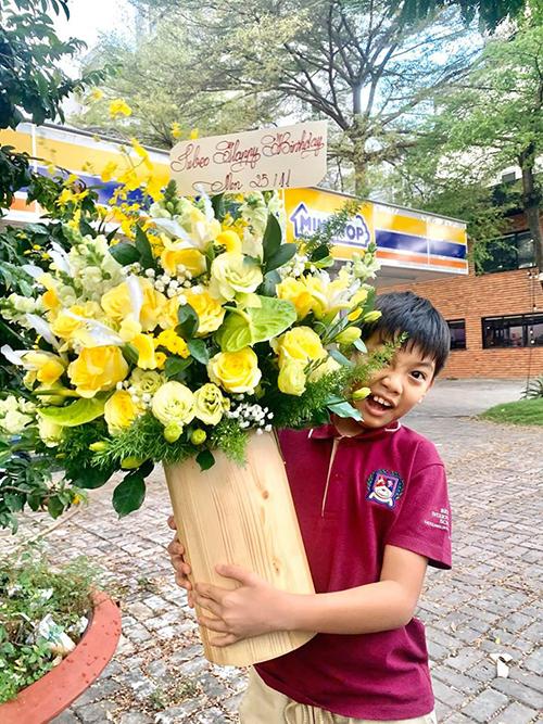 Hồ Ngọc Hà hạnh phúc khi được con trai Subeo tặng hoa mừng mẹ sinh nhật tuổi 35.