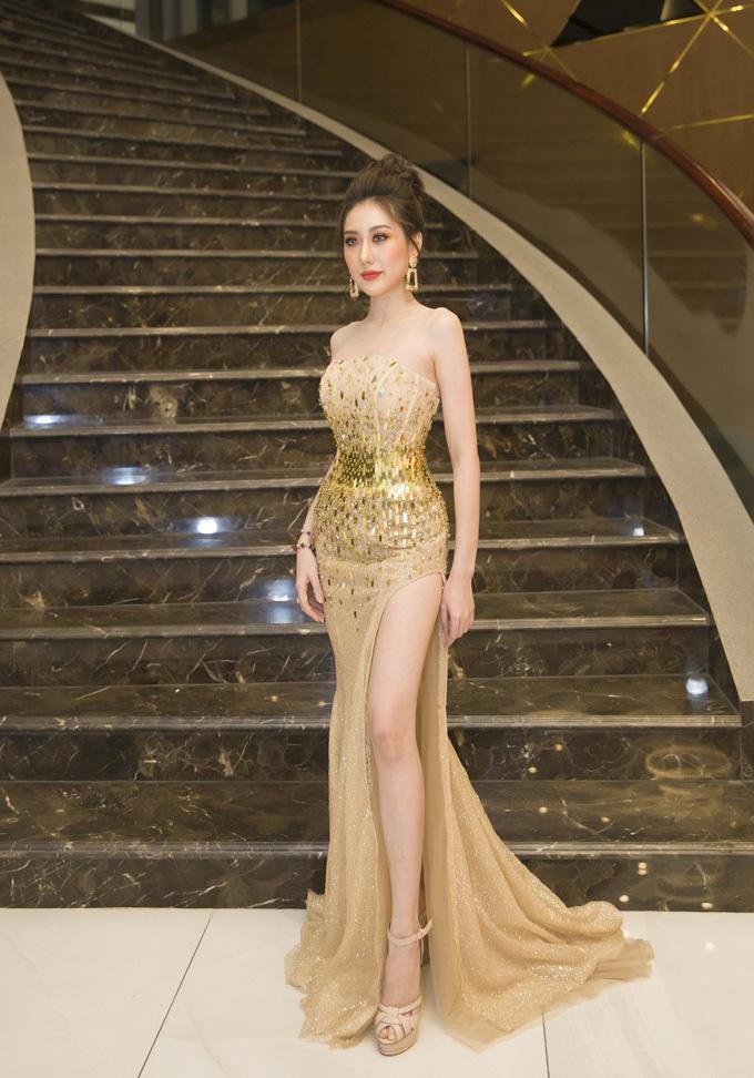 Đến với Liên hoan phim lần thứ 21, Hoa hậu Phan Hoàng Kim xuất hiện với vai trò diễn viên trong bộ phim Hợp đồng bán mình - đây cũng là dự án phim điện ảnh đầu tay mà cô đảm nhận vai chính.