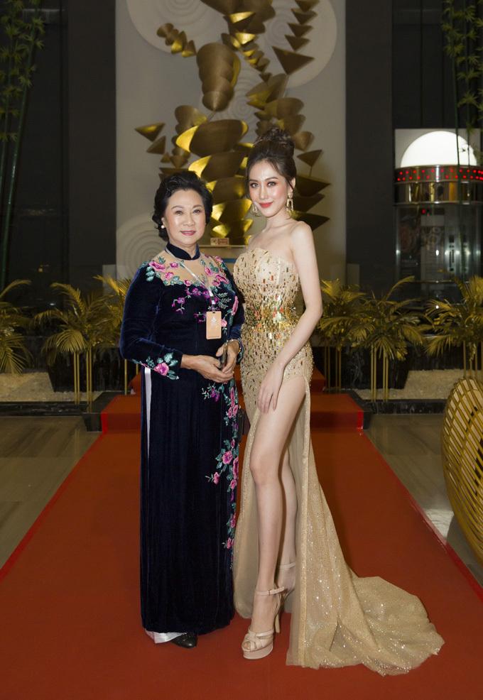 Liên hoan phim Việt Nam lần 21 diễn ra từ ngày 23 đến 27/11, gồm 16 phim điện ảnh, 29 phim tài liệu, 20 phim hoạt hình và 9 phim khoa học dự thi. Sự kiện quy tụ 1.000 khách mời là các nghệ sĩ, nhà sản xuất, đạo diễn có tiếng.