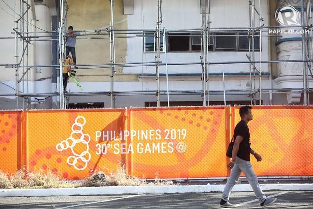 Sân Rizal Memorial còn nhiều hạng mục chưa hoàn thiện dù môn bóng đá nam SEA Games 30 đã khởi tranh. Ảnh: