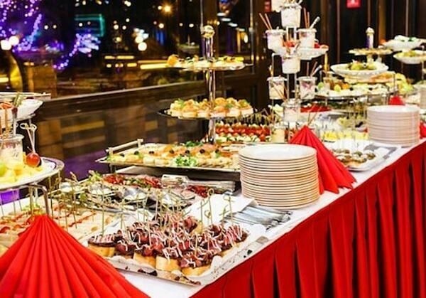 Không gian tiệc được trang hoàng mang màu sắc Giáng sinh và năm mới.