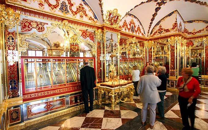 Du khách đến tham quan bảo tàng Green Vault, nơi trưng bày hàng nghìn món trang sức và cổ vật. Ảnh: Reuters.