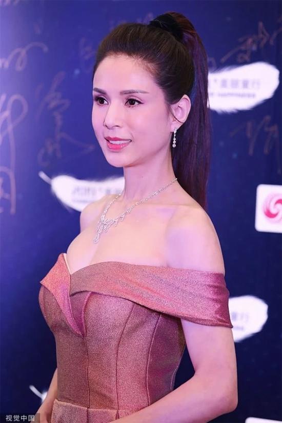 Lý Nhược Đồng góp mặt trong một sự kiện từ thiện diễn ra ngày 25/11 tại JW Marriott Hotel, Bắc Kinh. Cô đào 52 tuổi khoe khéo ngực đầy gợi cảm trong trang phục trẻ trung.