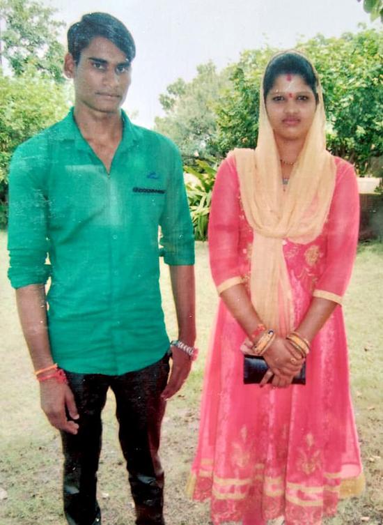 vợ chồng Babita Ahirwar (21 tuổi) và Jaswant Singh Ahirwar ở làng Basauda, huyện Vidisha, bang Madhya Pradesh, Ấn Độ.