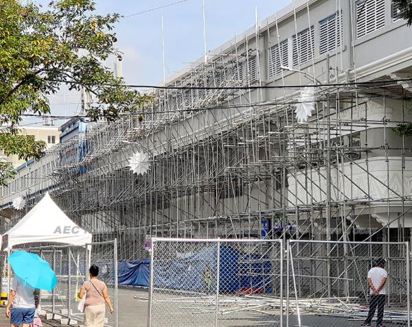 Sân  Rizal Memorial nơi tổ chức trận đấu giữa Malaysia và Myanmar vẫn chưa hoàn thiện,ngổn ngang dàn giáo hôm 24/11, một ngày trước khi trận đấu diễn ra. Ảnh: ABS - CBN.