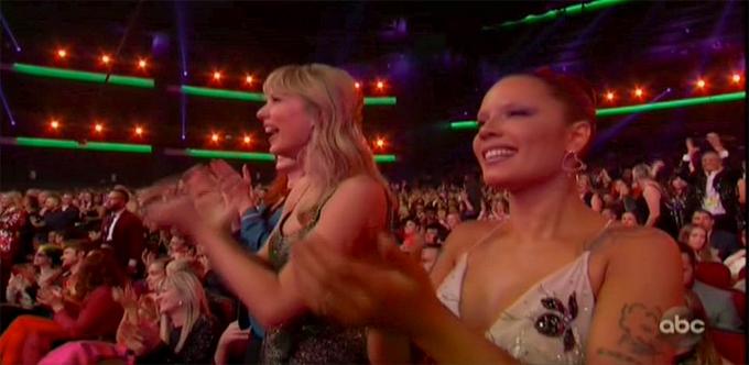 Taylor Swift (trái) reo hò cổ vũ Selena.