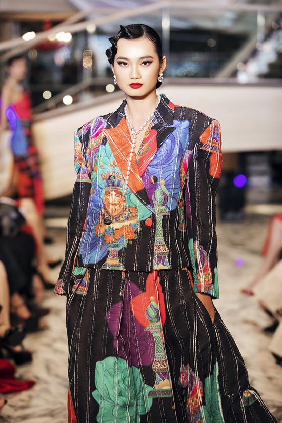 Từ dáng vest cổ điển hai nhà mốt mang tới nhiều mẫu trang phục phù hợp với xu hướng thời trang 2019.