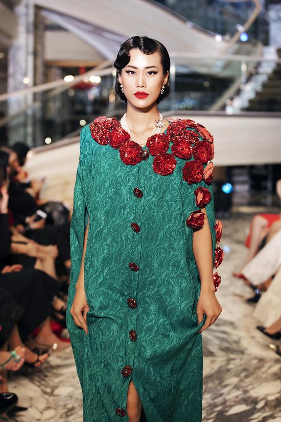 Họa tiết trái tim, hoa 3D được hai nhà mốt khai thác triệt để tạo nên điểm nhấn cho các mẫu váy áo tiệc tùng.