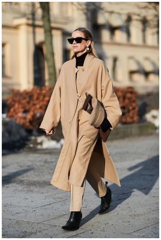 Khi trời bắt đầu chuyến sang mùa đông, các mẫu áo khoác dáng dài là sản phẩm luôn được các cô nàng sành mặc săn lùng.