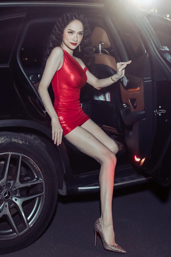 Hoa hậu Hương Giang diện váy ngắn đỏ rực, khoe chân dài khi dự event của Hà Hồ.
