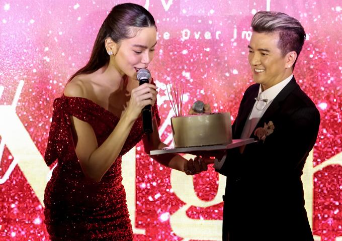 Mr Đàm mang bánh kem tới mừng tuổi mới của Nữ hoàng giải trí. Anh hiếm khi vắng mặt trong các sự kiện do cô em đồng nghiệp tổ chức.