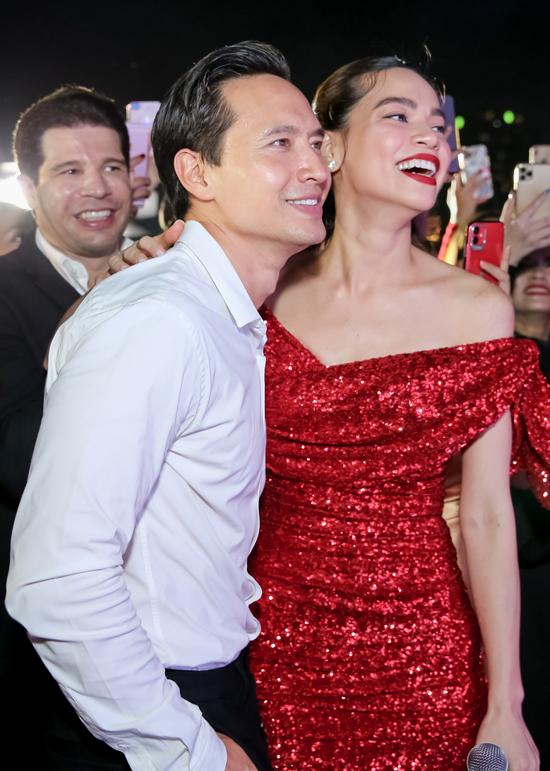 Khi ông hoàng nhạc Việt biểu diễn ca khúc Kim Lý thích nhất, Hồ Ngọc Hà thích thú cười tươi hết cỡ.