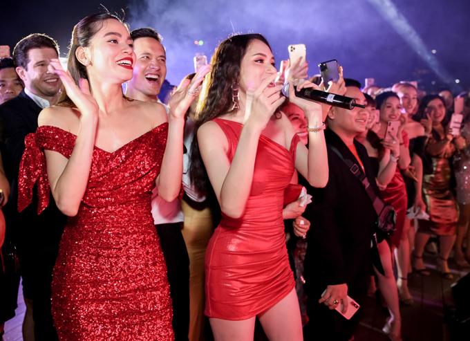Hương Giang và đông đảo khán giả hú hét, cổ vũMr Đàm biểu diễn.