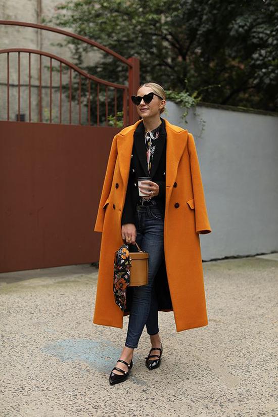 Bên cạnh các mẫu áo khoác màu trung tính, ở mùa thu đông năm nay áo dạ, áo nỉ màu bắt mắt được yêu thích trở lại.