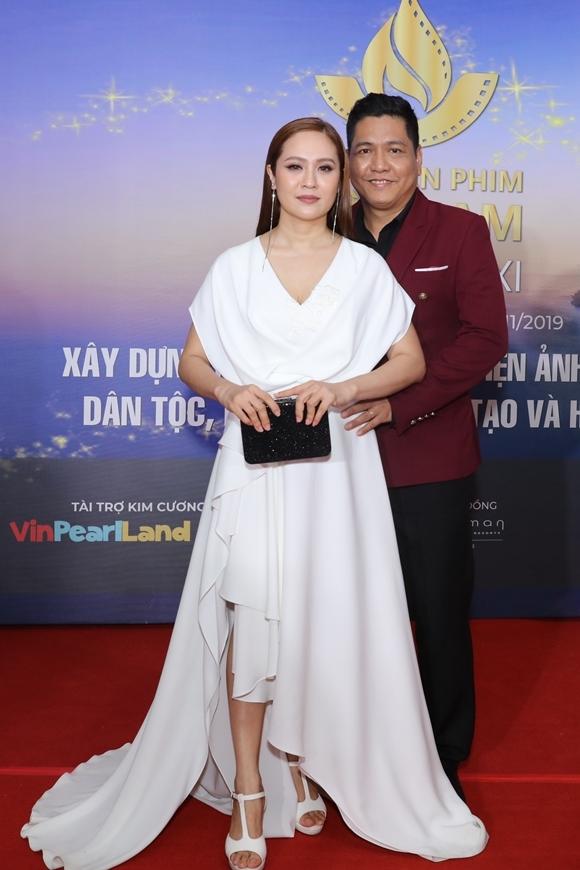 Vợ chồng diễn viên - nhà sản xuất Thanh Thúy và đạo diễn Đức Thịnh tình tứ trên thảm đỏ. Đức Thịnh có phim Anh thầy ngôi sao tranh giải Phim xuất sắc.