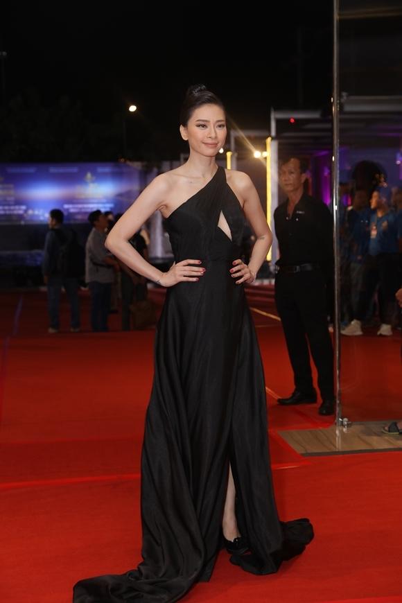 Đả nữ Ngô Thanh Vân khoe vẻ đẹp sang trọng. Cô là một trong các ứng viên cho ngôi vị Nữ diễn viên chính xuất sắc tại mùa giải năm nay.