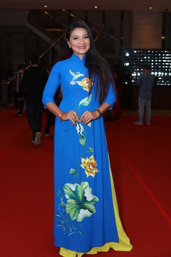 Diễn viên Kiều Trinh mặc áo dài cô tự tay thiết kế và cắt may. Kiều Trinh có phim Song lang tranh giải Phim xuất sắc.