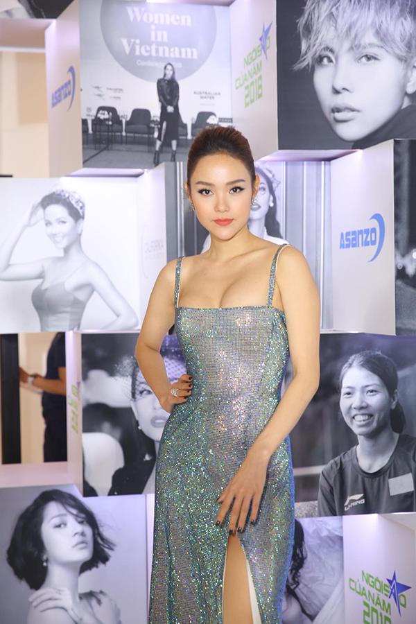 Ca sĩ Minh Hằng quyến rũ với đầm hai dây. Cô đảm nhận vai trò trao giải trong chương trình.