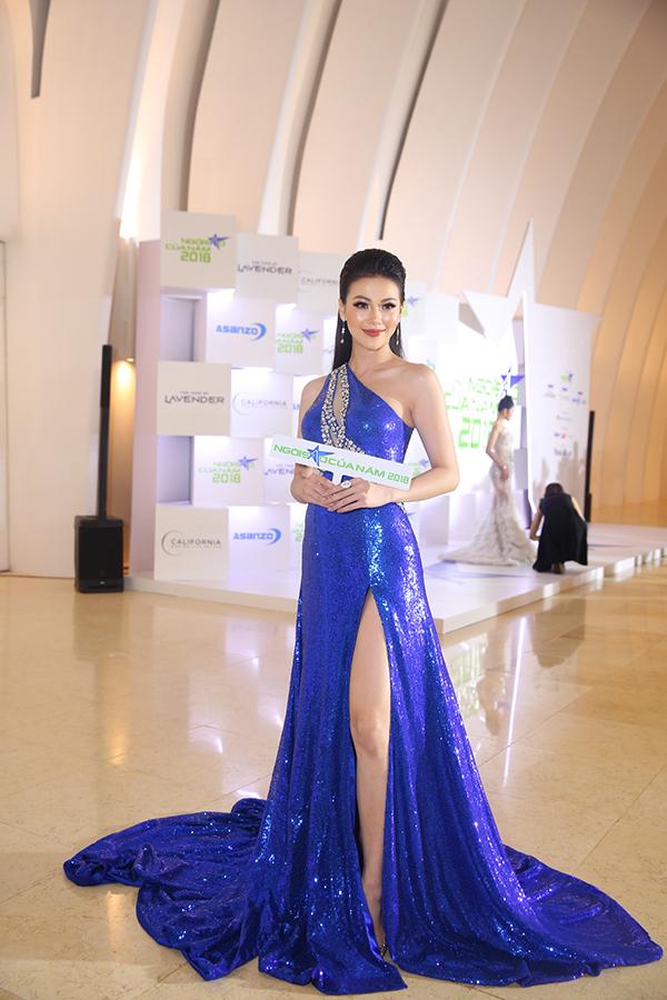 Hoa hậu Phương Khánh xuất hiện nổi bật với bộ váy đính sequins. 2018 là một năm thành công với cô khi giành ngôi vị Miss Earth.