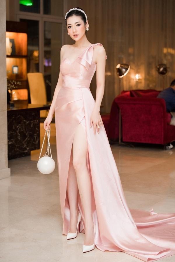 Gam màu hồng pastel tôn lên ngoại hình cuốn hút cho Á hậu Việt Nam 2012. Cô phối túi quả địa cầu của Chanel có giá gần 300 triệu đồng cho set đồ đi event.