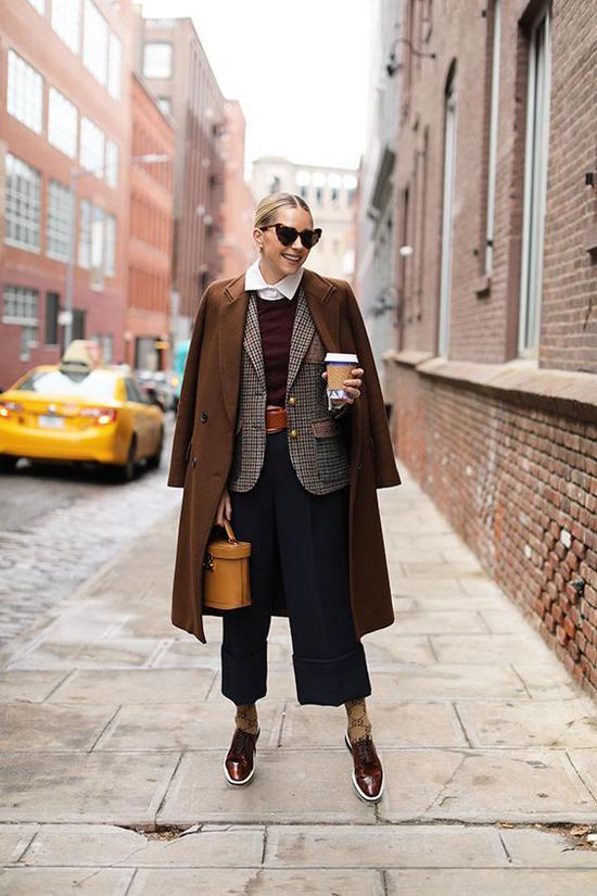 Măng tô thiết kế trên vải dạ được mix cùng chân váy midi, quần âu, vest và các kiểu blazer thời thượng.