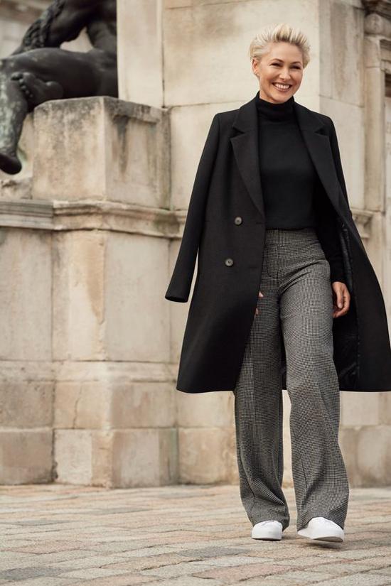 Điểm ấn tượng ở trench coat là chúng có thể kết hợp với nhiều dòng trang phục từ bánh bèo nữ tính đến phong cách cá tính, unisex, menswear.