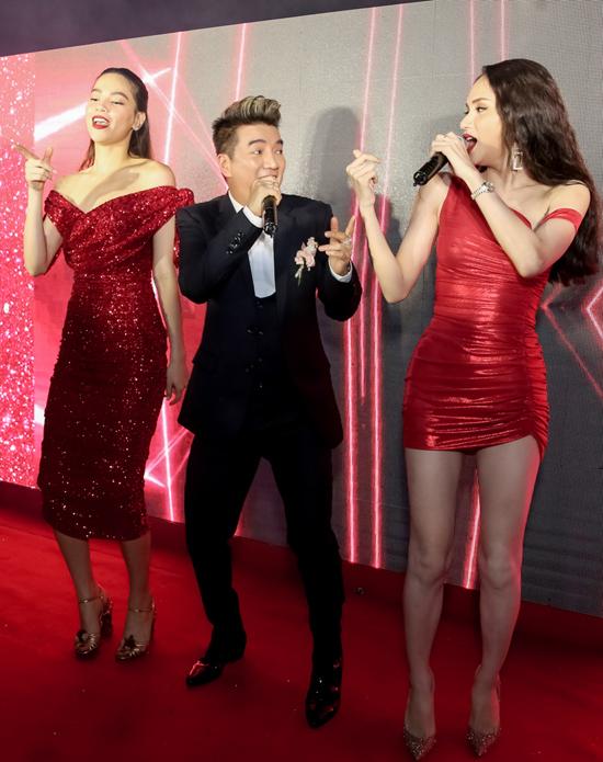 Hà Hồ và Hoa hậu chuyển giới quốc tế phấn khích lên sân khấu quẩy cùng đàn anh.