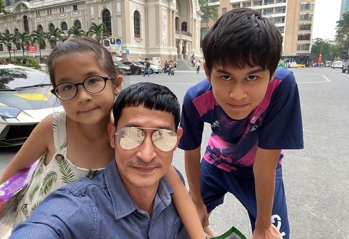 Huy Khánh đưaGhini (con với vợ cũ) và bé Cát (con gái với vợ hiện tại) đi chơi trên đường phố Sài Gòn.