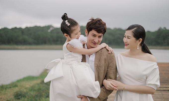 Huy Khánh bên vợ và con gái.