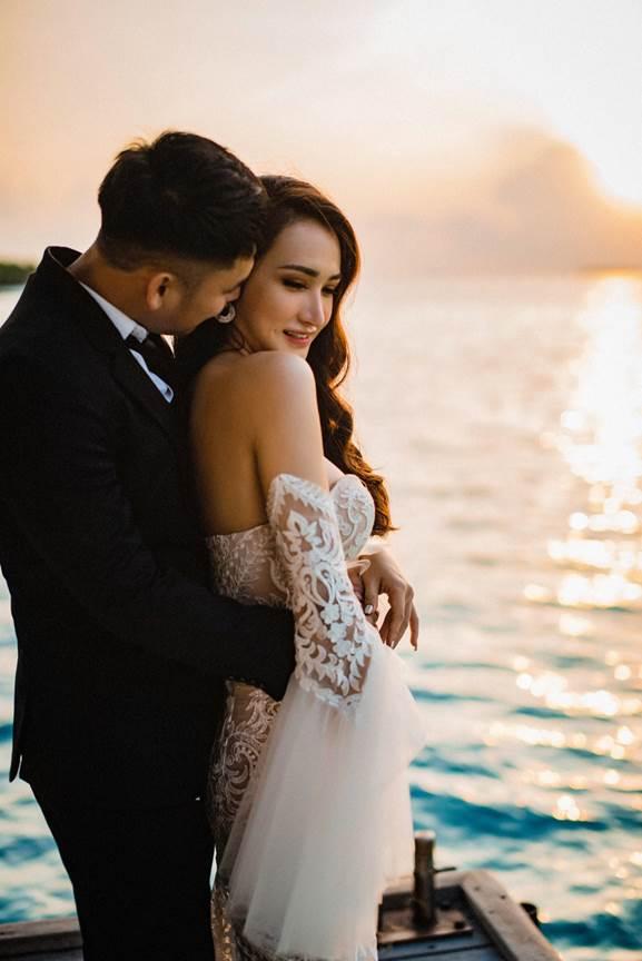 Huâng Kim Xuân và Khắc Thế vừa tổ chức đám cưới tại TP HCM, vào ngày 18/11. Họ đã trải qua nhiều cung bậc cảm xúc trong suốt thời gian yêu nhau và cuối cùng đi đến bến bờ hạnh phúc bằng bộ ảnh cưới ngọt ngào.