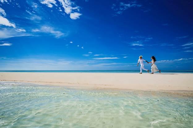 Maldives được mệnh danh là thiên đường tình yêu, quốc đảo nằm ở phía tây nam Ấn Độ. Với ánh nắng ấm áp, màu xanh biếc của biển, dãy cát trắng mịn, Maldives không chỉ là nơi du lịch mà còn là địa điểm chụp ảnh cưới được nhiều cặp đôi lựa chọn, Kim Huân và Khắc Thế cũng không ngoại lệ. Đôi vợ chồng trẻ lưu lại nhiều khoảnh khắc lãng mạn trước cảnh biển tuyệt đẹp.
