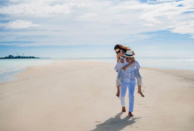Huâng Kim Xuân được biết tới là nữ doanh nhân trẻ, là người sáng lập ra thương hiệu mỹ phẩm thiên nhiên Cyndi Huang. Hiện tại, cô quản lý hệ thống hàng trăm nhà phân phối, tổng đại lý, đại lý trên cả nước cùng với chuỗi spa mang thương hiệu Cyndi Huang Clinic & Spa.