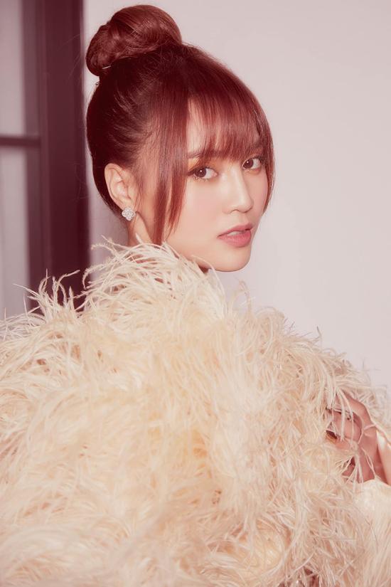 Long đà điểu trắng được Lê Thanh Hòa khai thác một cách hiệu quả trên từng dáng váy ngắn, đầm dài dành cho mùa tiệc tùng cuối năm.