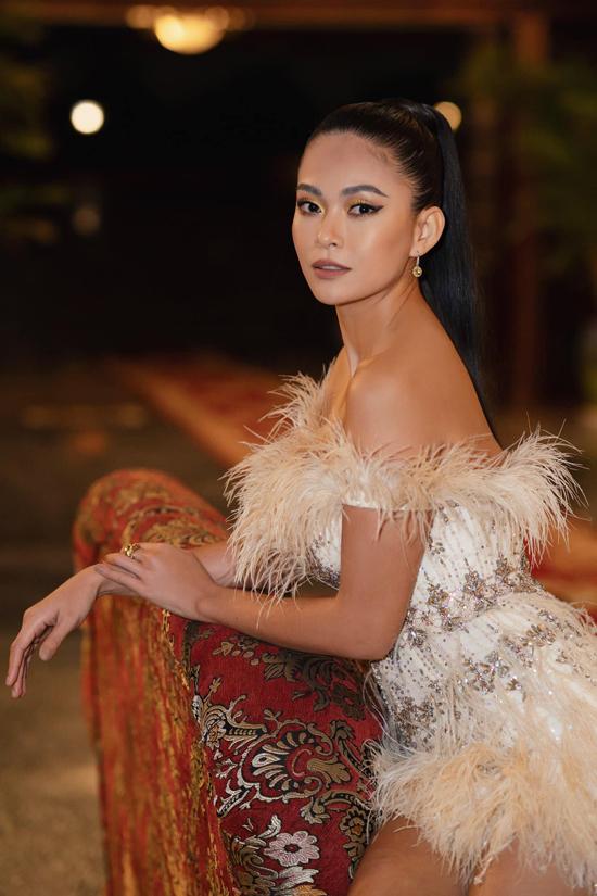 Á hậu Mâu Thủy khoe vai trần với thiết kế váy ôm khít eo kiểu siêu ngắn. Toàn bộ thân váy được kết đá, hạt cườm tông vàng hoàng kim.