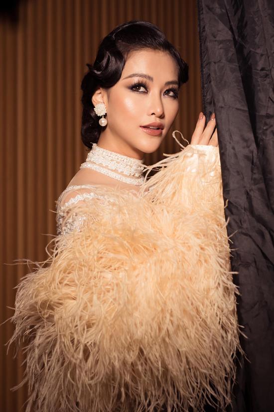 Khi diện váy đi tiệc hot nhất mùa thu đông 2019, Phương Khánh chọn phong cách trang điểm cổ điển để tăng nét quyến rũ.