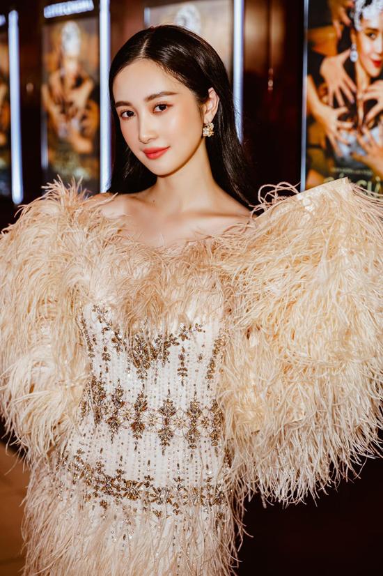 Đầm dạ tiệc đính kết kỳ công được phối thêm lông vũ mềm mại để giúp Jun Vũ sành điệu với xu hướng thu đông.